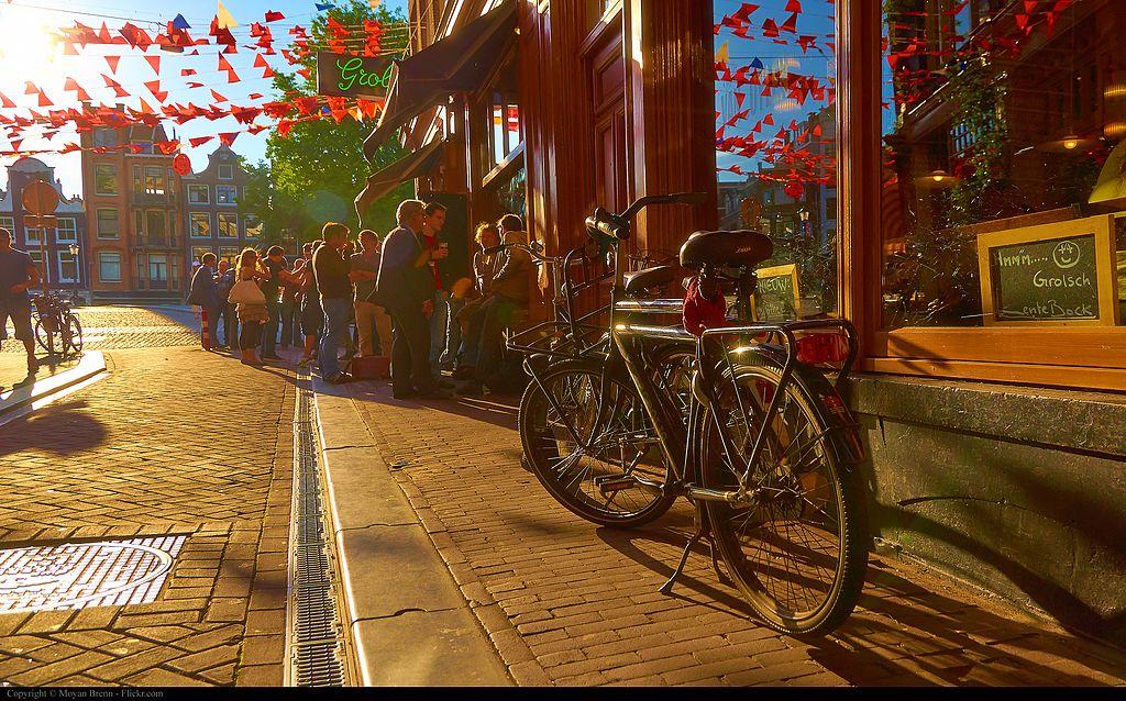 Vélo à Amsterdam, fier destrier en fin de journée.